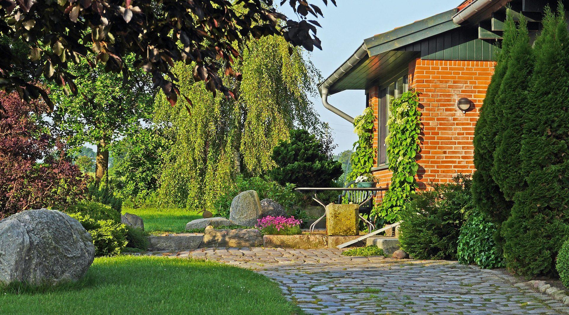 De tuin voor de verkoop van het huis